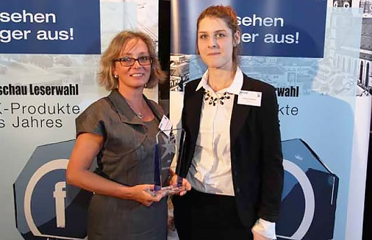 Natalie Ziebolz (on the right; Funkschau) presents trophy for the Delta DPH 500 kVA (3rd place UPS) to Astrid Hennevogl-Kaulhausen from Delta Electronics.