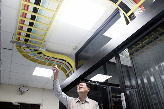 The National Chung Cheng University Computer Center data center adopts color-coded cables for easy reference.